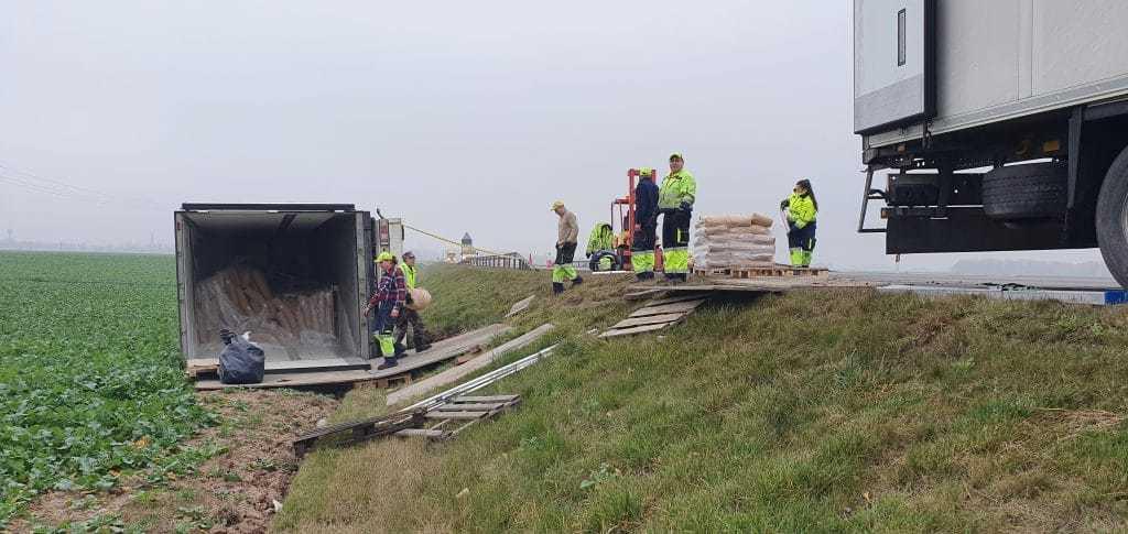 """""""Goldas"""" atliko techninės pagalbos darbus kelyje Panevėžys  Saločiai. Įvykio vietoje buvo iškrautas krovinys,  ant važiuojamosios kelio dalies buvo  ištrauktas vilkikas su puspriekabe."""